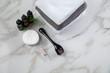 Dermaroller und Kosmetik Pflege Ampulle zum Microneedling für Anti Aging Lifting Anwendung in Schönheit Salon