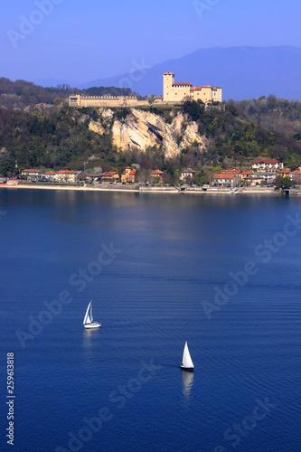 Lago maggiore e rocca di angera in Italia Fototapeta