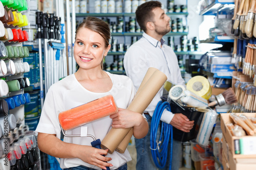 Fotografia  Couple standing with  variety  instruments for repair house in the store