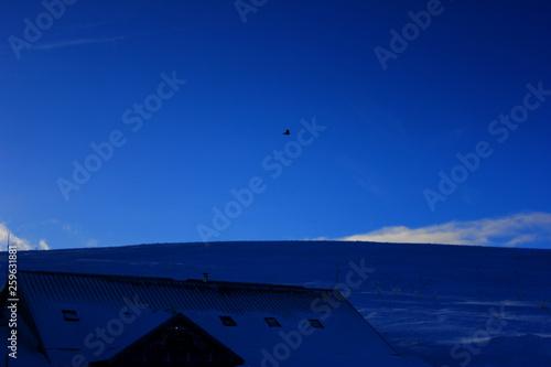 La pose en embrasure Bleu fonce vue sur les montagnes enneigées des Vosges depuis le sommet du hohneck