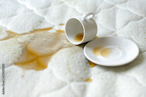 Spilled cup of tea on the bed Fototapet