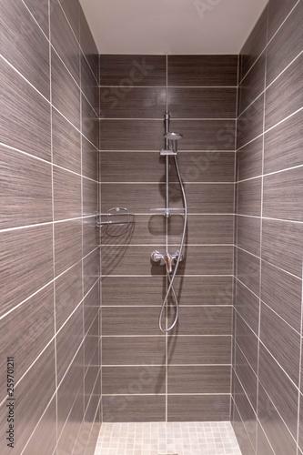 Fotografija Carrelage marron pour douche à l'italienne salle de bain moderne