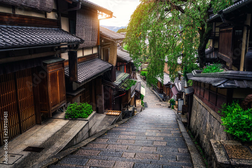 Poster de jardin Kyoto Beautiful street in old town of Higashiyama district, Kyoto City, Japan. The Higashiyama District is preserved historic districts. It is a great place to experience traditional old Kyoto culture.