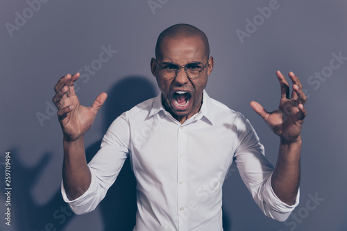 Fotografia Close up photo amazing dark skin he him his macho roaring wild nature tired not