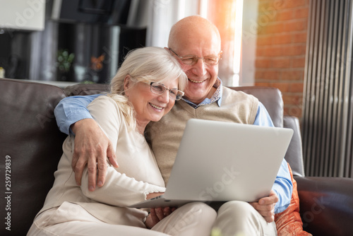 Obraz Senior couple browsing the internet together - fototapety do salonu