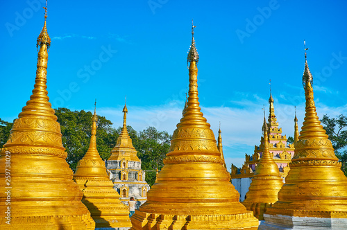 In de dag Bedehuis The golden Nget Pyaw Taw Paya, Pindaya, Myanmar