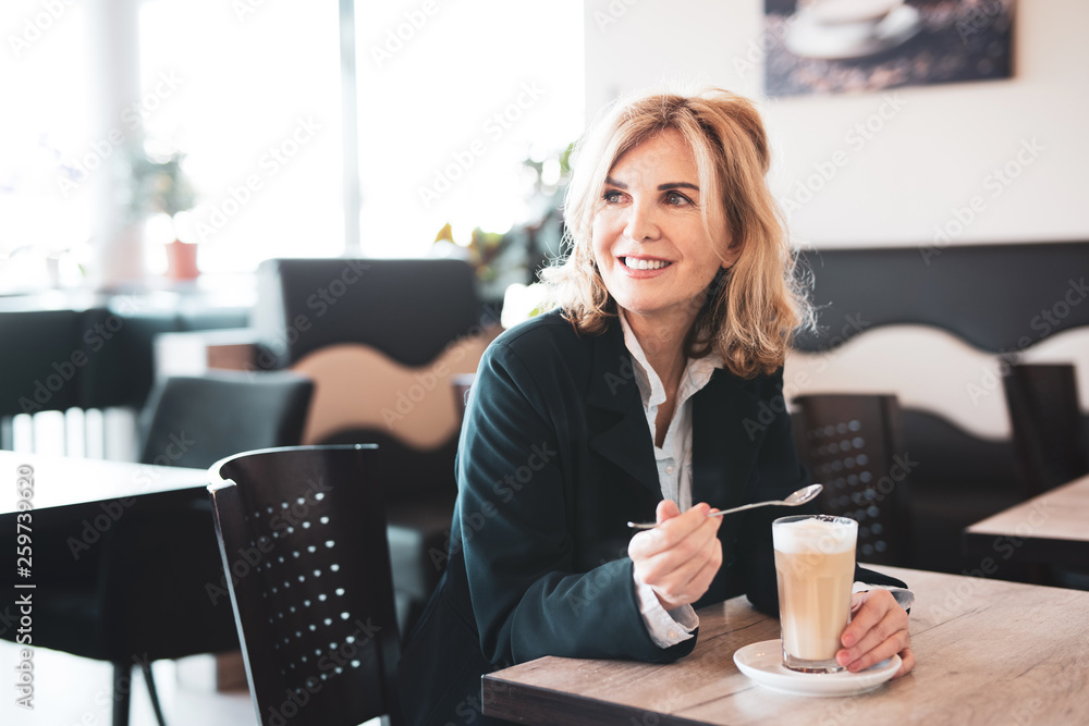 Fototapety, obrazy: Frau genießt einen Kaffee im Cafe