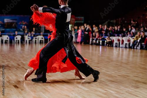 Foto couple of dancers man and woman dancing standard program