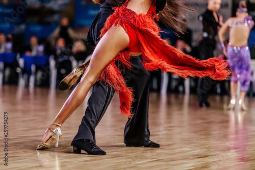 Photo  dancers athletes man and woman dancing latin program