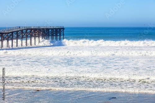 Photo big surf at crystal pier