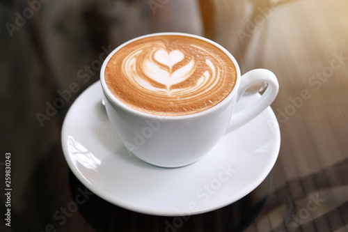 Photographie hot latte coffee put on table in cafe restaurant, drink breakfast in the morning