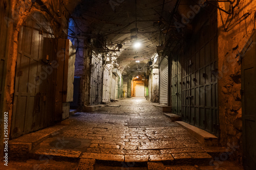 Canvastavla Narrow cobbled street in old medieval town with illuminated houses and pavement