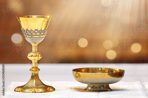 Foto  Golden chalice on the altar and rays of light from heaven