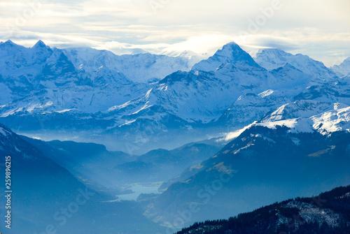 Garden Poster Scandinavia 秋のピラトゥス山の山頂から見た風景 ベルナーオーバーラントの山々の遠望とルンゲルン湖(スイス・ベルン州、オプヴァルデン準州、ニトヴァルデン準州、ルツェルン州)