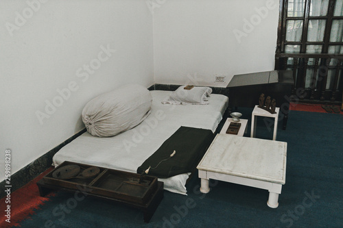 Photo bed-mattress in the room hermit ascetic