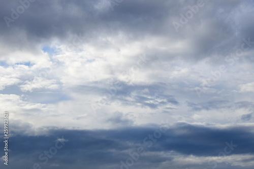 Dramatische Wolken am Himmel nach einer Regennacht Buy
