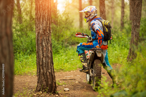 Route dans la forêt Motocross driver in the forest. motorcycle driver looks, concept, active lifestyle