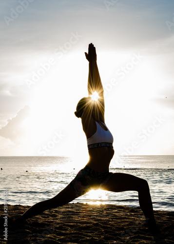 Poster Yoga school Yoga Gruss bei Sonnenaufgang am Morgen am Strand