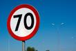 Znak drogowy ograniczenie prędkości do 70