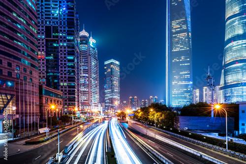 Montage in der Fensternische Shanghai Urban Nightscape Architecture Street and Fuzzy Car Lights..