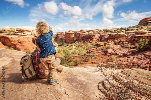 Photo  Hiker with boy in Canyonlands National park, needles in the sky, in Utah, USA