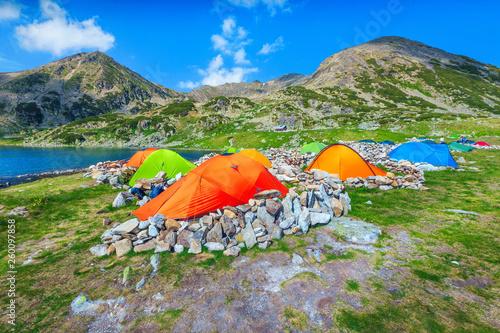 Fotografía  Colorful camping tents near alpine lake in the mountains, Romania