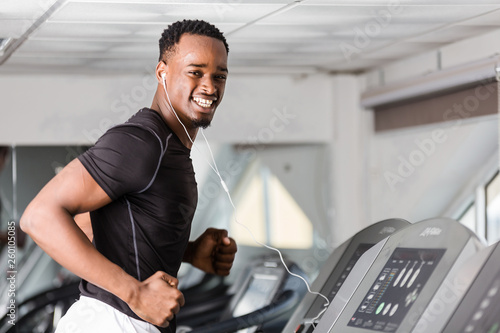 Fotografía  Black African American  young man doing cardio workout at the gym