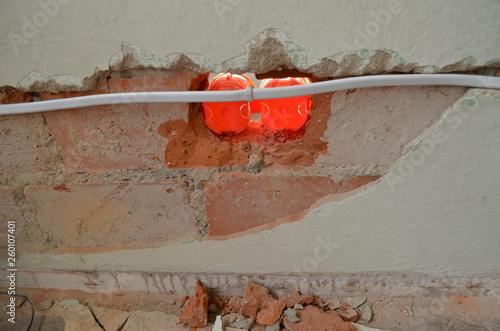 remont - cienka ścianka działowa przebita na wylot podczas wkuwania puszek elekt Fototapeta