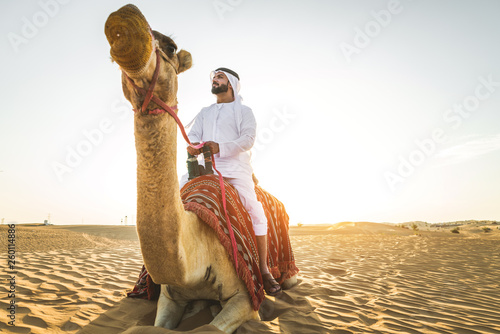 Stampa su Tela Arabian man with camel in the desert