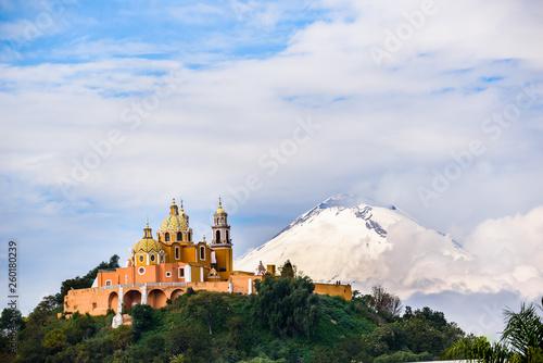 Stampa su Tela  Iglesia en Choula, Puebla a las faldas del Volcan Popocatepetl, México