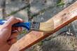 Holzbrett anstreichen und lasieren
