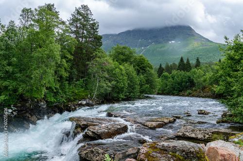 Zatoczka ze spłukiwaną wodą w norweskich górach