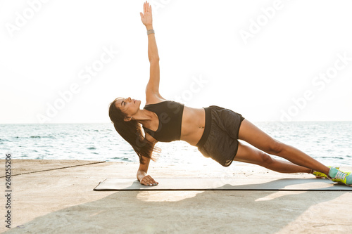 Obraz Healthy fit sportswoman doing exercises - fototapety do salonu