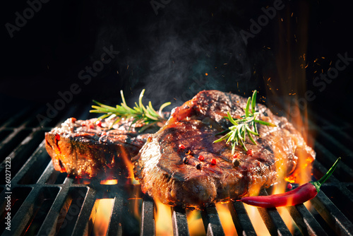 Beef steaks sizzling on the grill Fototapet