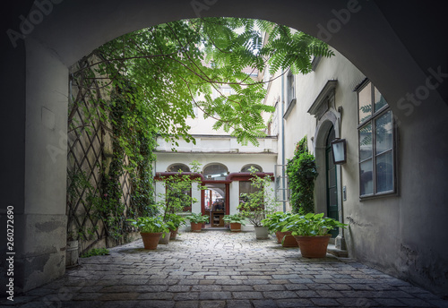 Foto Courtyard in the historical center of Vienna. Austria.