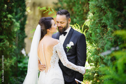 Fotografia  beautiful bride and groom in the nature
