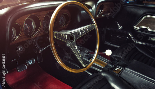 Poster Vintage voitures Oldtimer - Auto Innenausstattung mit Holzlenkrad (Classic car / Interior) - Ford Mustang