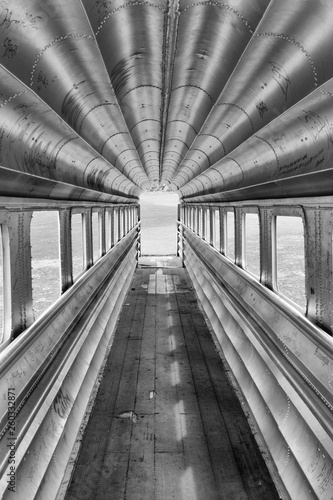 Photo Monchrome see through retro aluminium jet bridge or boat passenger boarding bridge with a nice vanishing point