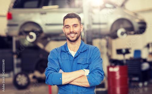 Fotografia car service, repair, maintenance and people concept - happy smiling auto mechani