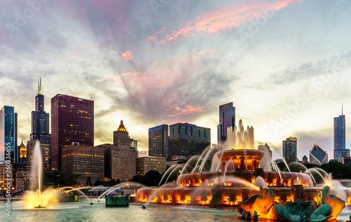 Photo The Chicago skyline behind Buckingham Fountain