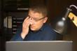 canvas print picture - Gereizte Augen eines Mannes nach stundenlanger Arbeit am Computerbildschirm