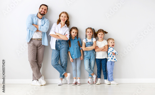 Poster Hoogte schaal large family mother father and children sons and daughters on white background