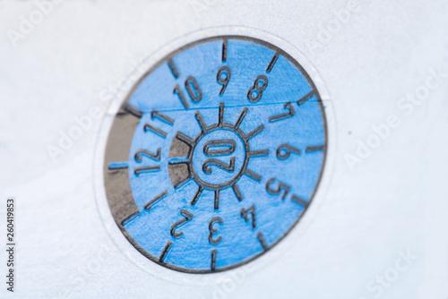 Eine Blaue Tuv Plakette Am Auto Kennzeichen Kaufen Sie Dieses Foto
