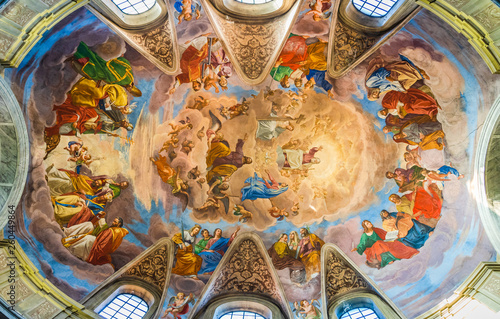 Photo Colorful religious painting on the ceiling of the Basilica of Saint James, San G