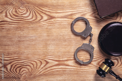 Cuadros en Lienzo  Metal handcuffs and judge gavel on wooden background