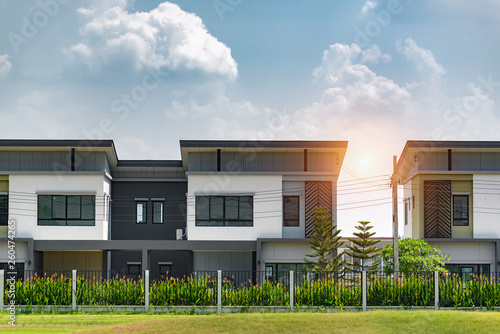Foto  New house for sale or rent on blue sky background
