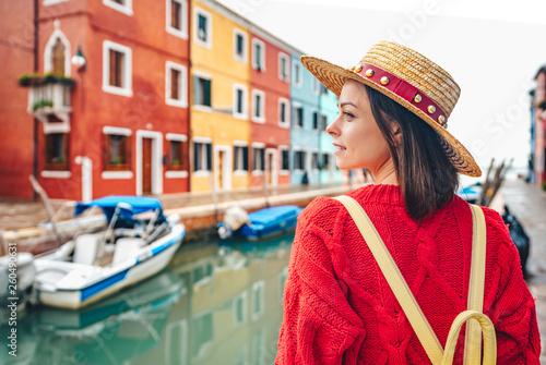Fotografía  Beautiful girl in a hat in Italy