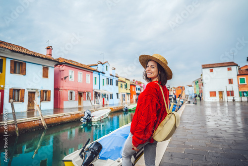Fotomural  Smiling tourist traveling in Italy