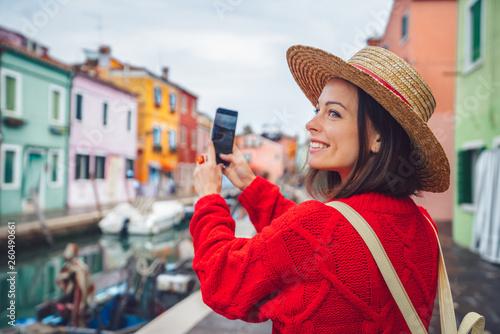 Fotografía Smiling tourist takes photos in Italy