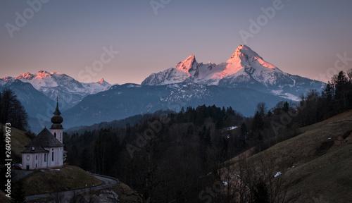 Fotografía  Sunrise over mountain Watzmann and Maria Gern chapel in Berchtesgaden